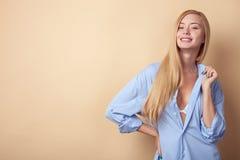 Het mooie jonge meisje drukt haar seksualiteit uit Stock Fotografie