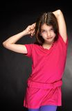 Het mooie, jonge meisje in een rode kleding Stock Afbeeldingen