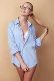 Het mooie jonge meisje flirt in sexy kleding Royalty-vrije Stock Fotografie