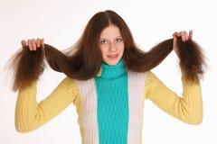 Het mooie jonge meisje heeft prachtig weelderig haar Stock Foto's