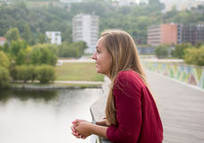 Het mooie jonge meisje ontspannen Stock Foto's