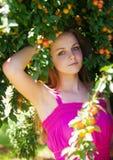 Het mooie jonge meisje ontspannen in de tuin van de pruimboom stock afbeeldingen