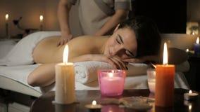Het mooie jonge meisje ontspannen met handmassage in beauty spa stock videobeelden