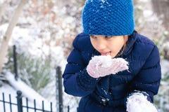 Het mooie jonge meisje spelen met sneeuw in park royalty-vrije stock afbeelding