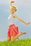 Het mooie jonge meisje springen Stock Afbeeldingen