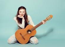 Het mooie jonge meisje stellen met gitaar Stock Foto's