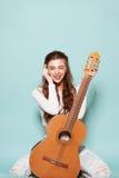 Het mooie jonge meisje stellen met gitaar Royalty-vrije Stock Foto's