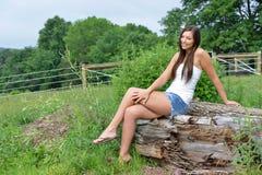 Het mooie jonge meisje van het land op landbouwbedrijf stock foto's