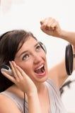 Het mooie jonge meisje zingen in muziekstudio royalty-vrije stock afbeeldingen