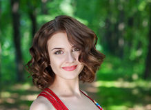 Het mooie jonge meisjes bruine haar geniet van de zomer stock foto's