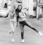 Het mooie jonge meisjes hipster meisjes stellen Stock Afbeeldingen
