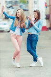 Het mooie jonge meisjes hipster meisjes stellen Royalty-vrije Stock Fotografie
