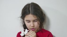 Het mooie jonge meisjesjong geitje bidden het meisje bidt binnen godsdienst stock video