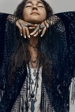 Het mooie jonge modieuze portret van de bohovrouw op witte backgro stock fotografie