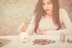Het mooie jonge mooie geld van de meisjesbesparing voor Kerstmis en vakantieseizoen Royalty-vrije Stock Fotografie
