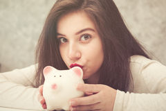 Het mooie jonge mooie geld van de meisjesbesparing voor Kerstmis en vakantieseizoen Stock Afbeeldingen