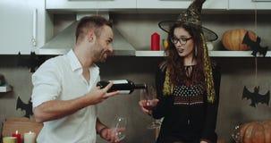 Het mooie jonge multiculturele paar heeft een romantische tijd op Halloween-nacht, het drinken rode wijn en het besteden grote ti stock video