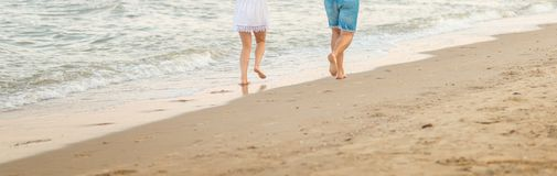 Het mooie jonge paar brengt weg een dag aan het strand door royalty-vrije stock foto's