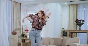 Het mooie jonge paar dacing in woonkamer na een bewegende dag in een nieuw huisflat genieten zij samen van de tijd stock footage