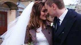 Het mooie jonge paar ging enkel van de kerk binnen waar zij officieel vrouw en echtgenoot werden en beloofden te zijn stock videobeelden