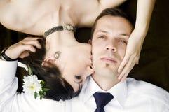 Het mooie jonge paar kussen Royalty-vrije Stock Foto's