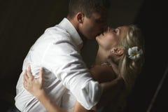 Het mooie jonge paar kussen met emotionele greep Stock Fotografie