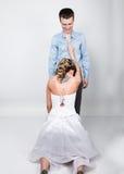 Het mooie jonge paar in liefde, bruid knielde vóór de bruidegom provocatie speels paar Stock Afbeelding