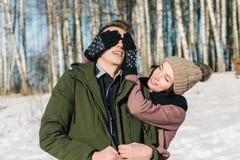 Het mooie jonge paar in liefde loopt het park op een duidelijke zonnige de winterdag stock afbeelding