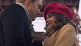 Het mooie jonge paar voor het eerst, schuwe en tedere kussen relaties stock footage