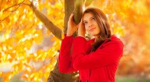 Het mooie jonge portret van de vrouwenherfst met rood jasje royalty-vrije stock afbeelding