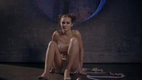 Het mooie jonge turnervrouw stellen met gymnastiekband stock video