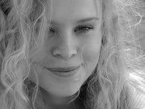 Het mooie jonge vrouw glimlachen Stock Afbeelding