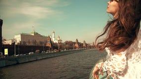 Het mooie jonge vrouw letten op in Moskou het Kremlin stock footage