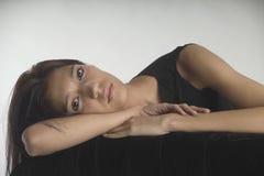 Het mooie jonge vrouw liggen royalty-vrije stock fotografie