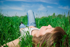Het mooie jonge vrouw ontspannen Stock Afbeelding