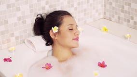 Het mooie jonge vrouw ontspannen in badkuip stock footage