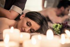 Het mooie jonge vrouw ontspannen met haar partner tijdens Thaise massa stock afbeelding