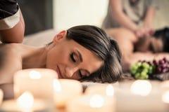 Het mooie jonge vrouw ontspannen met haar partner tijdens Thaise massage stock afbeelding