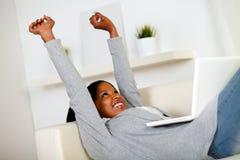 Het mooie jonge vrouw ontspannen werken aan laptop stock foto