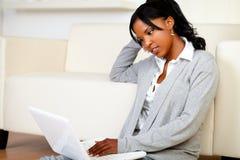 Het mooie jonge vrouw ontspannen werken aan laptop stock fotografie