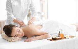Het mooie jonge vrouw ontvangen schrobt massage royalty-vrije stock afbeeldingen