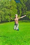 Het mooie jonge vrouw springen Royalty-vrije Stock Foto's