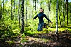 Het mooie jonge vrouw springen Royalty-vrije Stock Afbeeldingen