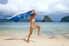 Het mooie jonge vrouw springen Stock Foto's