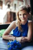 Het mooie jonge vrouw stellen aan fotograaf bij Stock Foto's