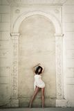 Het mooie jonge vrouw stellen in een kasteelbinnenland Royalty-vrije Stock Foto's