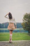 Het mooie jonge vrouw stellen in een stadspark royalty-vrije stock fotografie