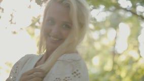 Het mooie jonge vrouw stellen in het zonlicht binnen stock footage
