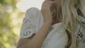 Het mooie jonge vrouw stellen in het zonlicht binnen stock videobeelden