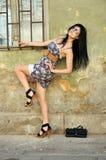 Het mooie jonge vrouw stellen naast een oude muur Royalty-vrije Stock Fotografie